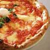 Pizza met ham, mozzarella en rucola